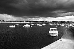 Le port de Lomener attend l'orage