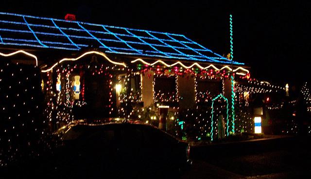 DE - Bornheim - Weihnachtlich geschmücktes Haus in Merten