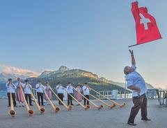 Lanceur de drapeau et cors des Alpes