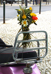 Bouquet running in a pink Vespa... It desires that your wishes come true for next year