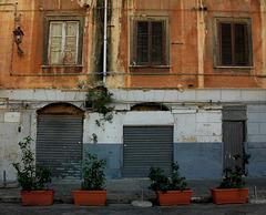 Vor verschlossenen Fenstern und Toren