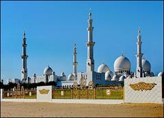 AbuDhabi: La grande moskea  ripresa dal lato opposto all'ingresso principale - vedi bene i 4 minareti