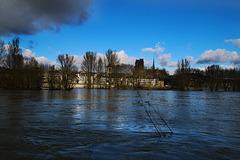 La cathédrale d'Orléans vue depuis la Loire en crue