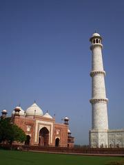 Kau Ban Mosque and southwest minaret of Taj Mahal.