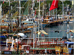 Alanya : un groviglio di barche : colori, tanto legno, poca plastica