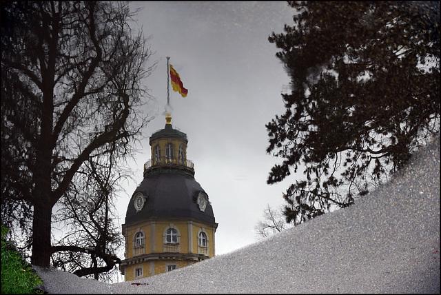Das Karlsruher Schloss im Spiegel