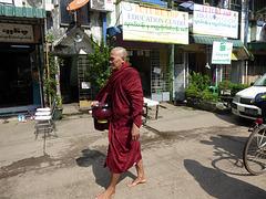 Mönch mit Schüssel für Nahrung