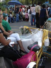 Jeune blonde mexicaine en talons hauts avec sa Maman