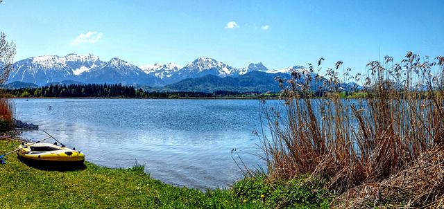 Der Hopfensee vor den Bergen. ©UdoSm
