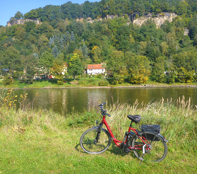 Mein Haus mit Elbe und Fahrrad