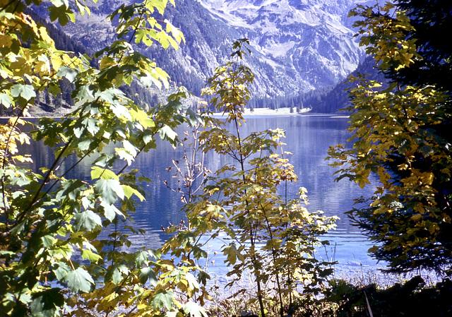 An einem Bergsee