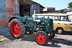 Wismar, Traktor Famulus und Barkas B 1000 am Lokschuppen