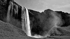 Seljalandsfoss: der abenteuerliche Wasserfall - Seljalandsfoss: the exciting waterfall
