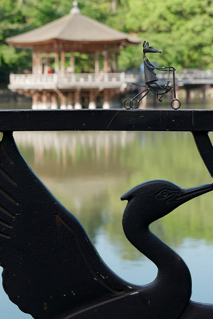 Un pavillon sur un lac, une souris sur un vélo, un héron sur une rambarde