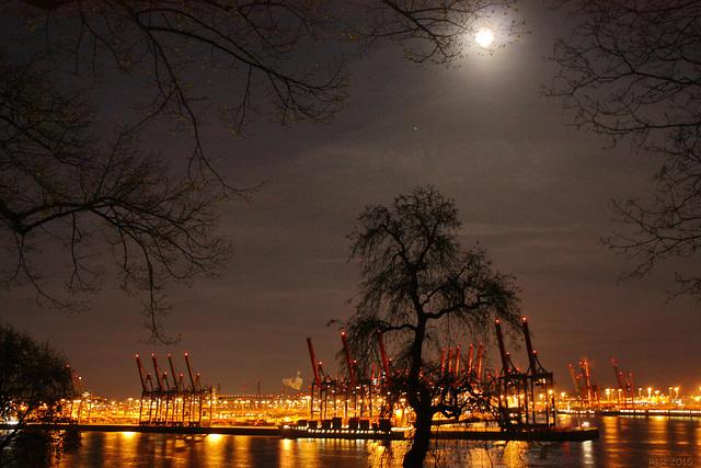 Mond über'm Hafen