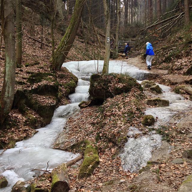 Schindergraben, der Weg ist stellenweise mit Eis bedeckt.