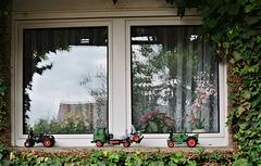 Oldtimerparade vor dem Fenster