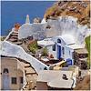 Oia : due ombrelloni , uno aperto e uno chiuso - una casetta scavata nella lava del famoso vulcano Santorini