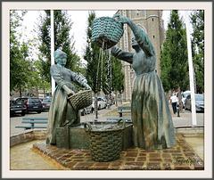 """Fontaine """"les laveuses d'huîtres"""" à Cancale ...Bonne fin de journée !"""