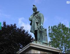 Ambroise Paré... un Pigeon sur sa tête... à Laval