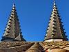 Avignon :  il tetto sopra l'ingresso principale e le due torri piramidali