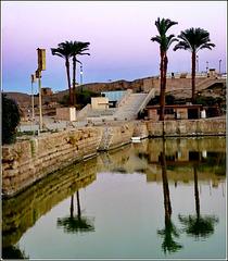 LUXOR : Un punto di accoglienza con palme e acqua del Nilo