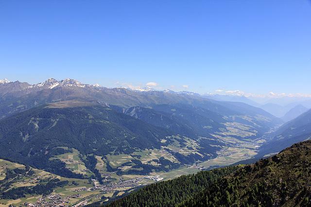 Blick vom Helm 2433 ü.A. hinab nach Sillian (Pustertal)....