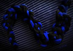 Blaue Kurve auf Streifen