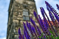 Blau vor Kirche