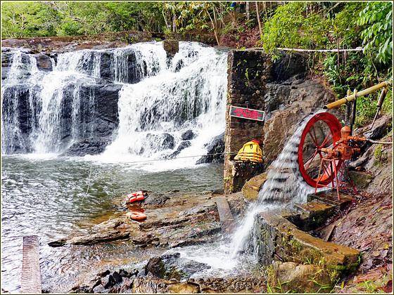 Ilhéus : Cachoeira do Tijupe - un mini generatore idraulico per il custode del parco