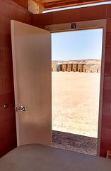 Porte no-37 avec vue sur toilettes sèches