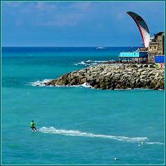 Kite Surf nel mare di Genova - farsi trinare da un ombrello (aquilone)