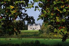 Au bord du Loir , le château privé de Mémillon ( 28 )