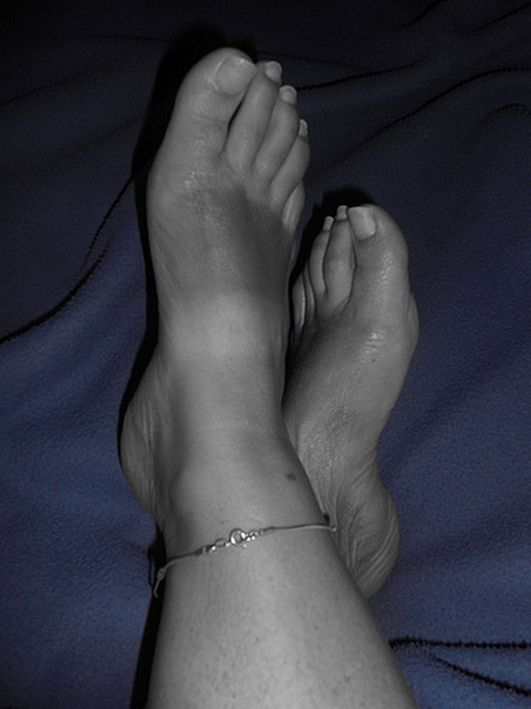 Lady Anony's bare feet / Les Pieds de Dame Anony