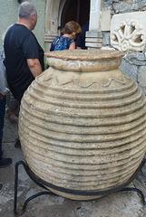 Tinaja antigua en un pueblo típico de Creta