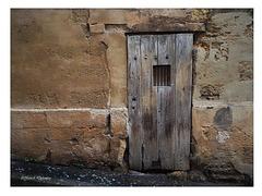 Derierre la porte et la grille...