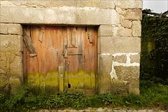 Mosteiró, Portas remendadas