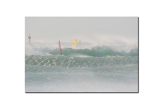 Dans les vagues.
