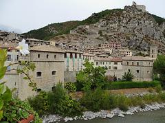 ...Entrevaux,cité médiévale,fortifiée par Vauban...