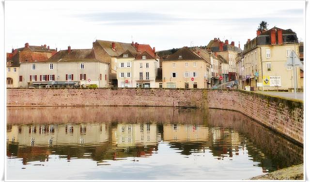 La Clayette, une bourgade tranquille qui se reflète dans les douves du château...