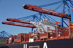 Festgesetzt zwischen drei verlade Kränen im Hamburger Hafen