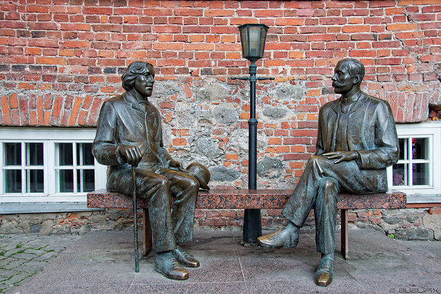 Oscar Wilde und Eduard Vilde vor dem Café Wilde in Tartu (© Buelipix)