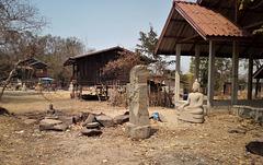 Ici, on sculpte....(Laos)
