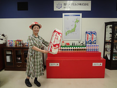 2016.7.5 How about my cap?Which was made from an empty milk carton.我的帽子怎么样?那是用一个空牛奶纸盒做的。