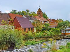 Lübz, Blick vom Ufer des Mühlenstroms zur Kirche