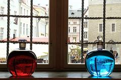 Dalla finestra della farmacia Raeapteek. Upside down in the bottles