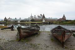 Спасо-Преображенский Соловецкий монастырь с лодками на переднем плане