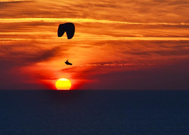 volando sobre el sol y la mar en parapente