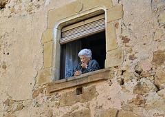 Une distraction à Pals, regarder passer les touristes !