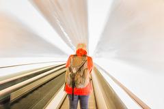Gudrun fährt Rolltreppe